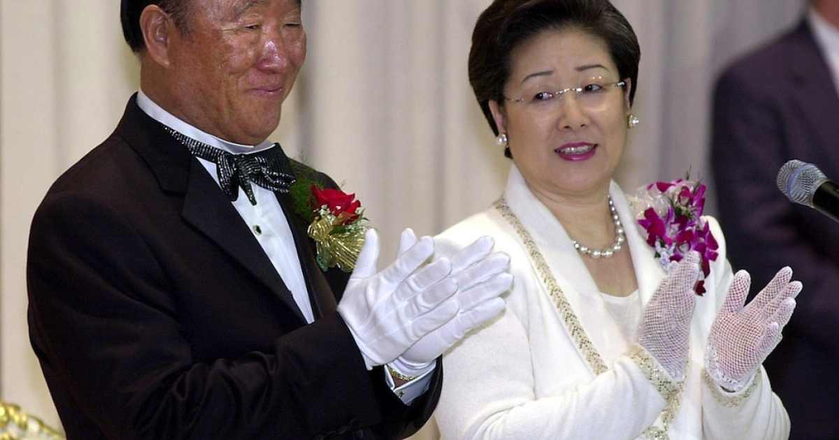 South Korea's Rev. Sun Myung Moon (L) and his wife Hak Ja Han (R) clap during a group wedding ceremony performed by Moon at the Hilton Hotel in New York.</p>