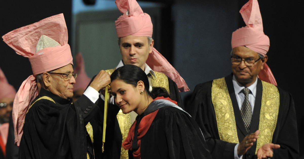 Indian President Pranab Mukherjee (L) presents an award to a student as Jammu and Kashmir chief minister Omar Abdullah (C) looks on at the 18th convocation of Kashmir university in Srinagar on September 27, 2012.</p>