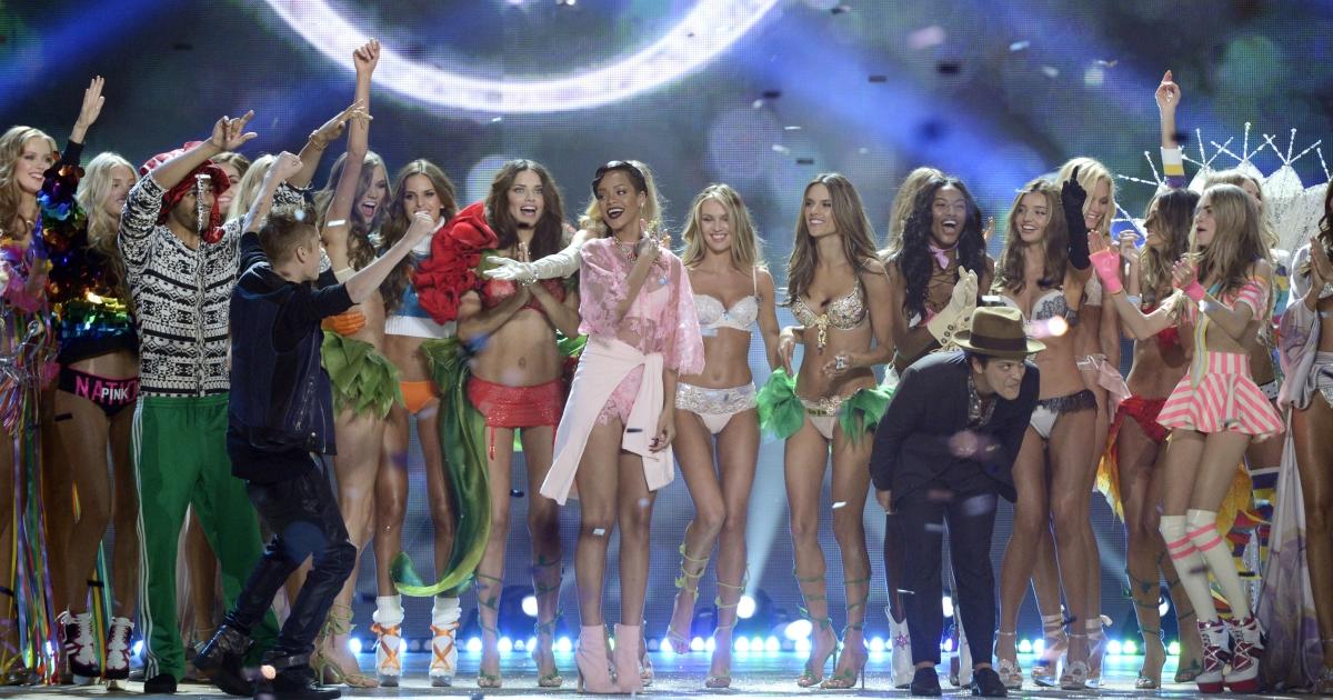 A group shot of the entire Victoria's Secret fashion show cast. Who is your favorite VS model?</p>