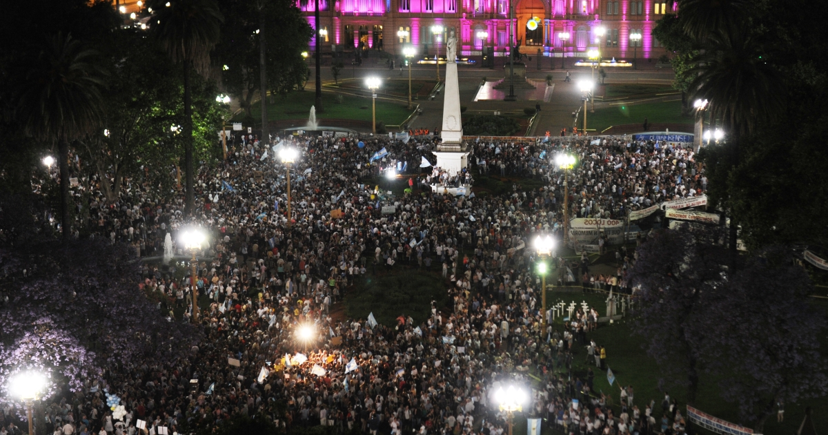 Aerial view of Mayo square in Buenos Aires during a 'cacerolazo' (a form of civilian protest where pots are used to make noise) against Argentine President Cristina Fernandez de Kirchner's government on November 8, 2012.</p>