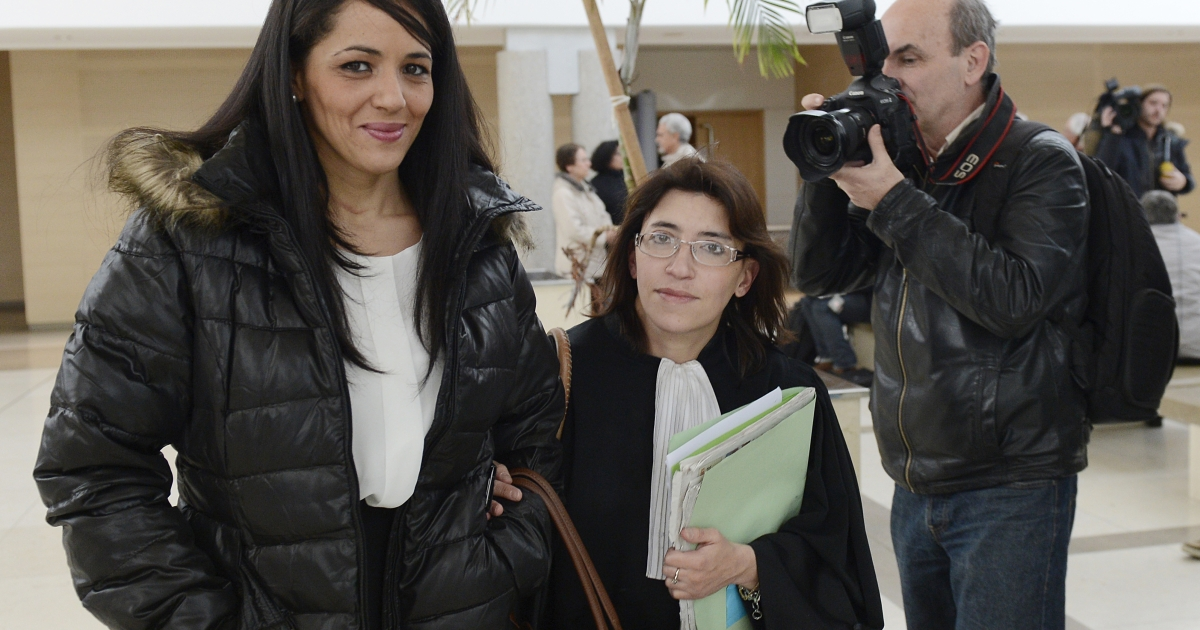 Lawyer Gaelle Genoun (R) leaves Avignon's courthouse on December 19, 2012, with her client, the mother of a 3-year old named Jihad who was born on September 11, who went on trial for sending him to school in a top with 'I am a bomb' written on it.</p>
