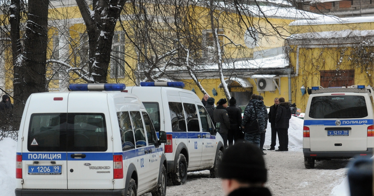 Police officers and investigators crowd at the site of a killing of Aslan Usoyan outside the Karetny Dvor restaurant in central Moscow, on January 16, 2013.</p>