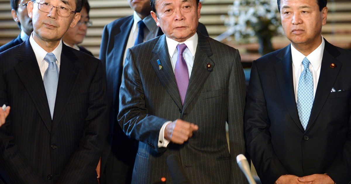 Taro Aso (C), accompanied by Economic Revitalization Minister Akira Amari and Bank of Japan Governor Masaaki Shirakawa stand as they announce a joint statement after they met with Prime Minister Shinzo Abe at the prime minister's official residence in Tokyo on January 22, 2013.</p>