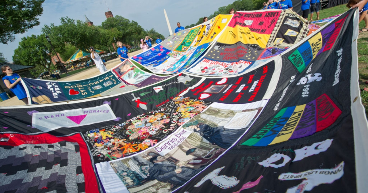 Volunteers lay out the AIDS Quilt on the National Mall.</p>