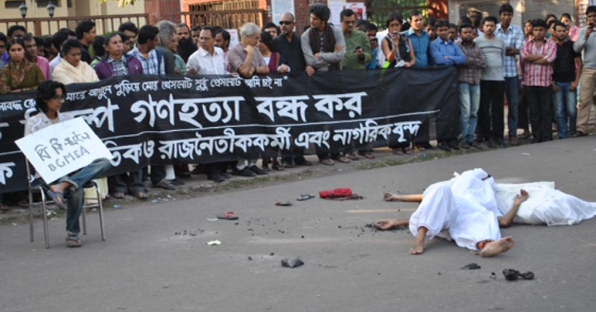 A few protesters, dressed in white, lay on the street as corpses in front of a sitting protester who represents the BGMEA, the garment industry's trade body.</p>