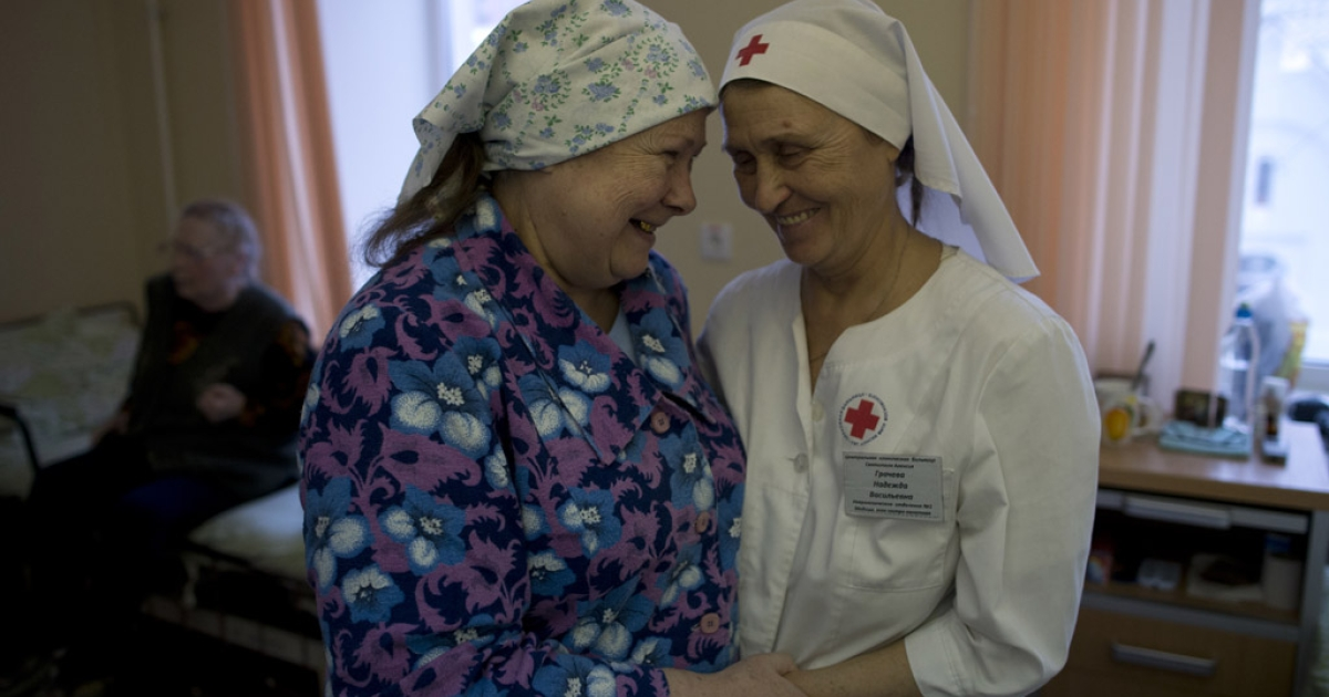 Galina Nikolaeva (left), 65, thanks Nadezhda Gracheva of Sisters of Mercy at Saint Alexei Hospital in Moscow.</p>