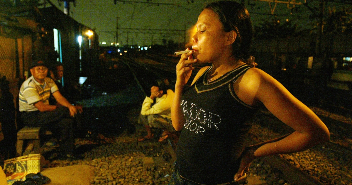 Indonesian slum dwellers, living by the train tracks nearby where rooms are rented for only 75 cents for sex July 10, 2004 in Jakarta, Indonesia.</p>