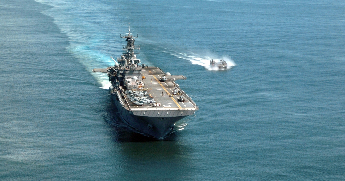 A handout image provided by the U.S. Navy shows the amphibious assault ship USS Bonhomme Richard (LHD 6) steams underway with a Landing Craft Air Cushion (LCAC) alongside January 14, 2005 in the Indian Ocean.</p>