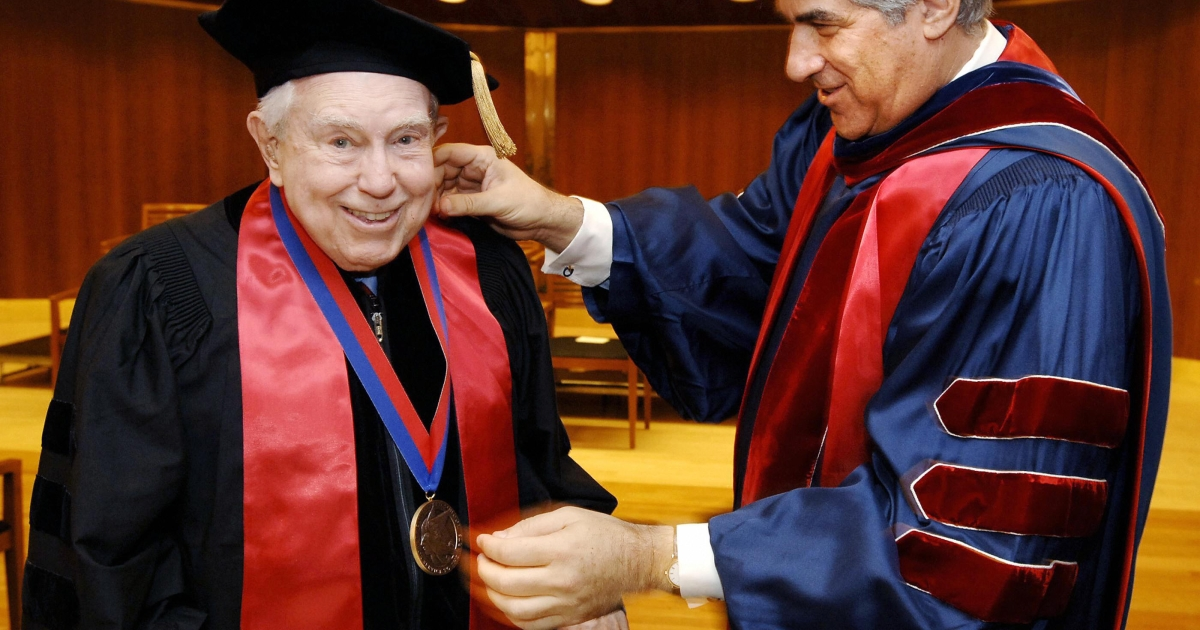 Composer Elliott Carter (L) receives the 'Juilliard Medal,' as one of 17 Centennial Honorees, from Bruce Kovner (R), chairman of the board of the Juilliard School, just before the 100th commencement ceremony 20 May, 2005, at the Lincoln Center's Alice Tully Hall in New York.</p>