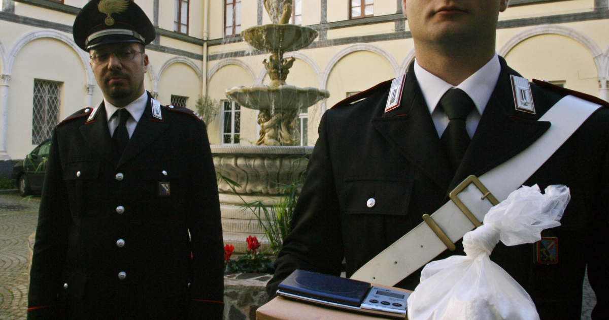 Italian carabinieri show 800g of cocaine after Italian Police conduct a raid in the southern Italian city of Naples, 12 december 2006.</p>