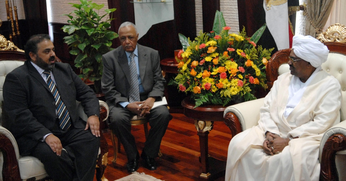 Sudanese President Omar al-Beshir (R) receives British Muslim Lord Nazir Ahmed (L), who was in Khartoum to ask for the release of a British woman teacher jailed for 15 days for insulting religion, Dec. 3, 2007.</p>