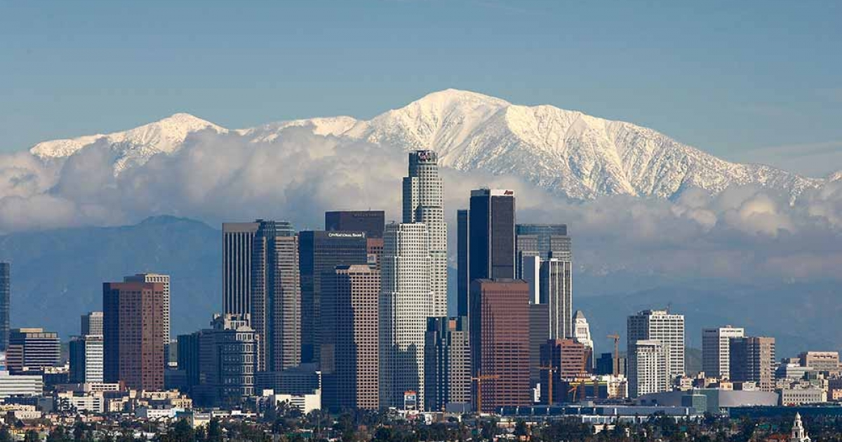 Fresh snow blankets the mountains behind the downtown skyline after a series of storms that hammered northern California delivered much needed precipitation to the Greater Los Angeles Area January 7, 2008 in Los Angeles, California. The American Lung Association said that Los Angeles, America's smoggiest city, reduced its pollution - helping push the country to the lowest level of air pollution in 10 years.</p>