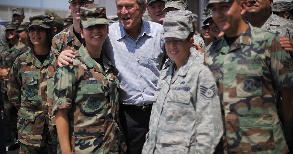 US President George W. Bush poses with Lackland Air Force Base personnel at the Alamo Regional Command Reception Center September 1, 2008 in San Antonio, Texas.</p>