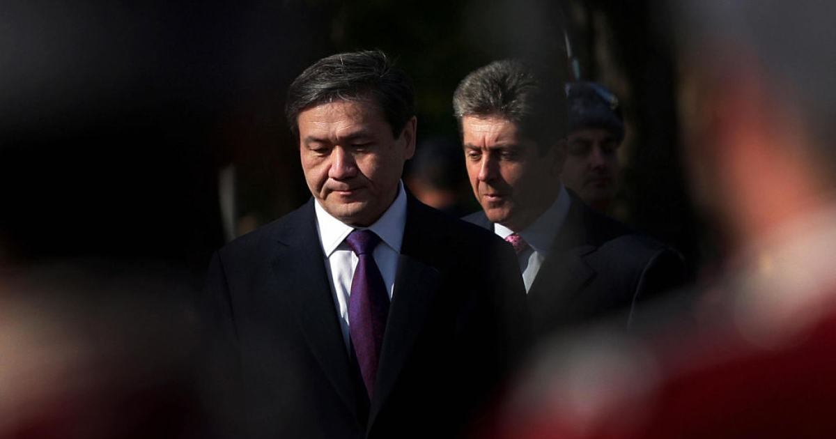 Mongolian President Nambaryn Enkhbayar (L) and his Bulgarian counterpart Georgi Parvanov(R) are pictured amongst Bulgarian honour guards during an official welcoming ceremony in Sofia on October 9, 2008.</p>