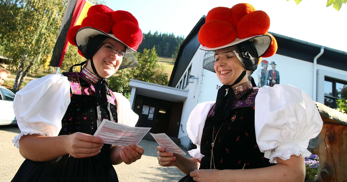 Claudia Lutz (L) and Christiane Huber of the Kirnbacher Kurrende Black Forest costume club cast their votes for the German federal elections on September 27, 2009 in Germany.</p>