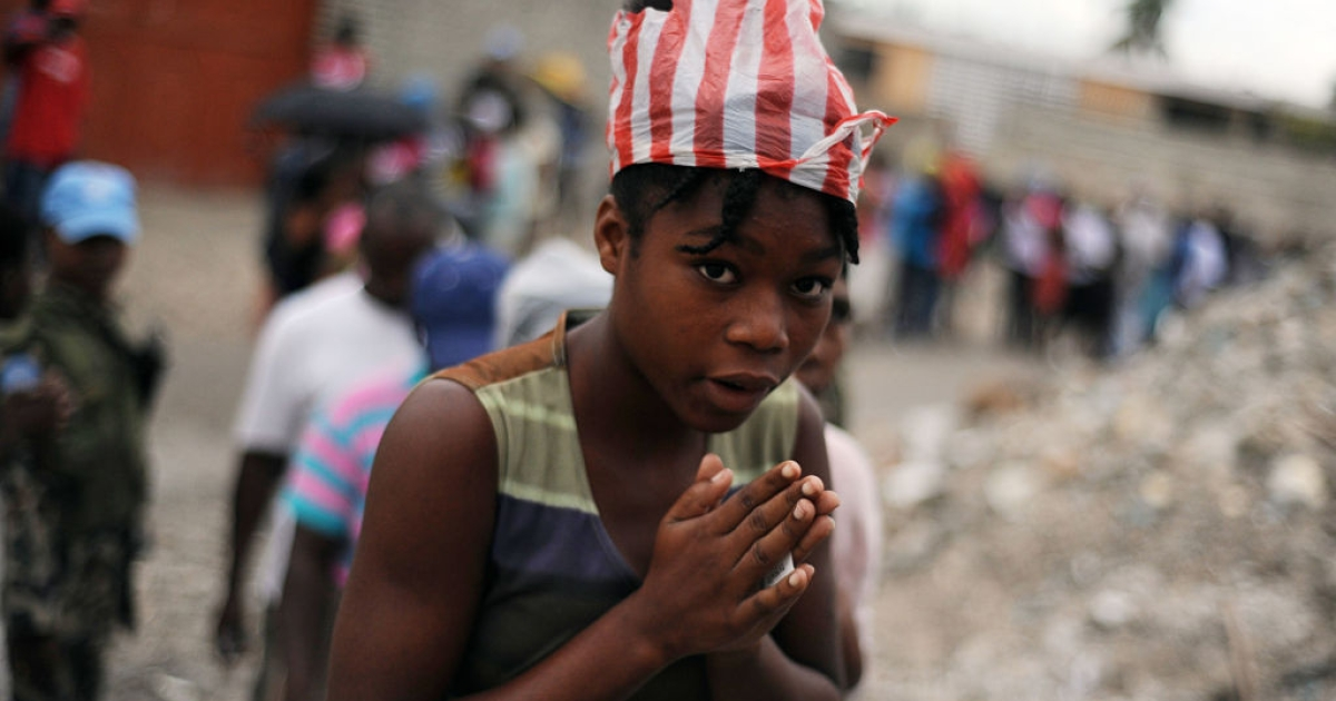 Haitian women line up in order to get sacks containing rice in Port-au-Prince on March 06, 2010.</p>
