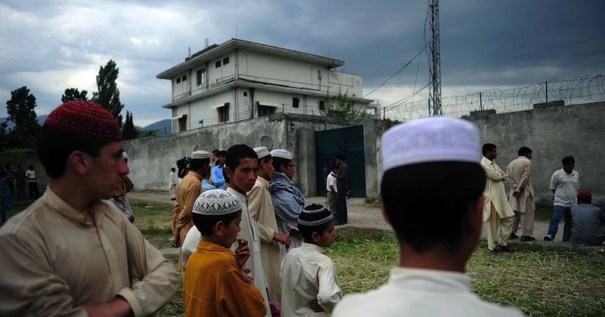 Pakistani seminary students gather in front of the final hiding place of Al Qaeda chief Osama bin Laden in Abbottabad on May 5, 2011.</p>