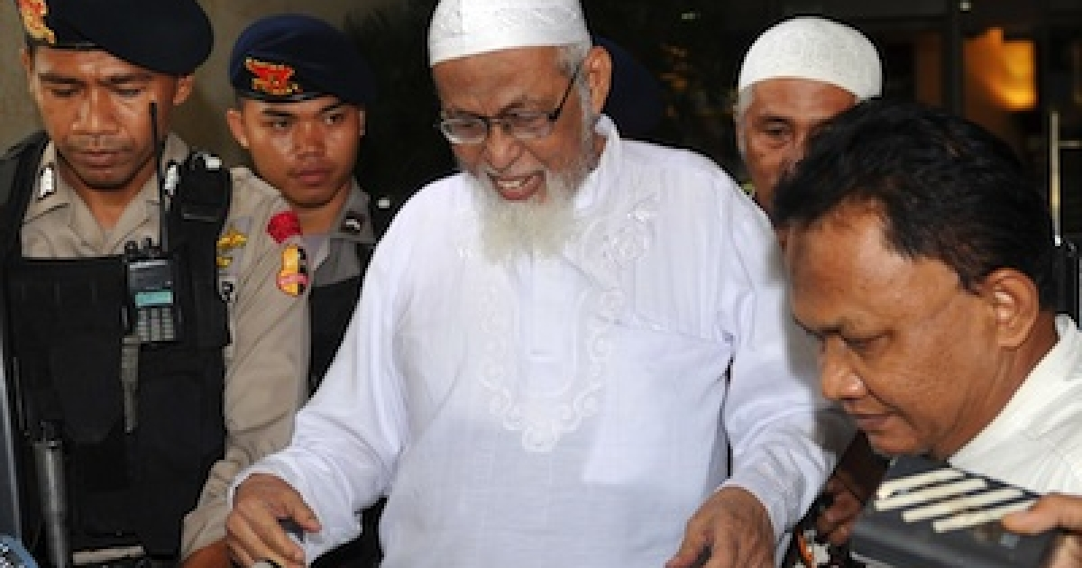 Muslim militant cleric Abu Bakar Bashir (in white) is guarded by Indonesian elite commandos in Jakarta on February 29, 2012.</p>