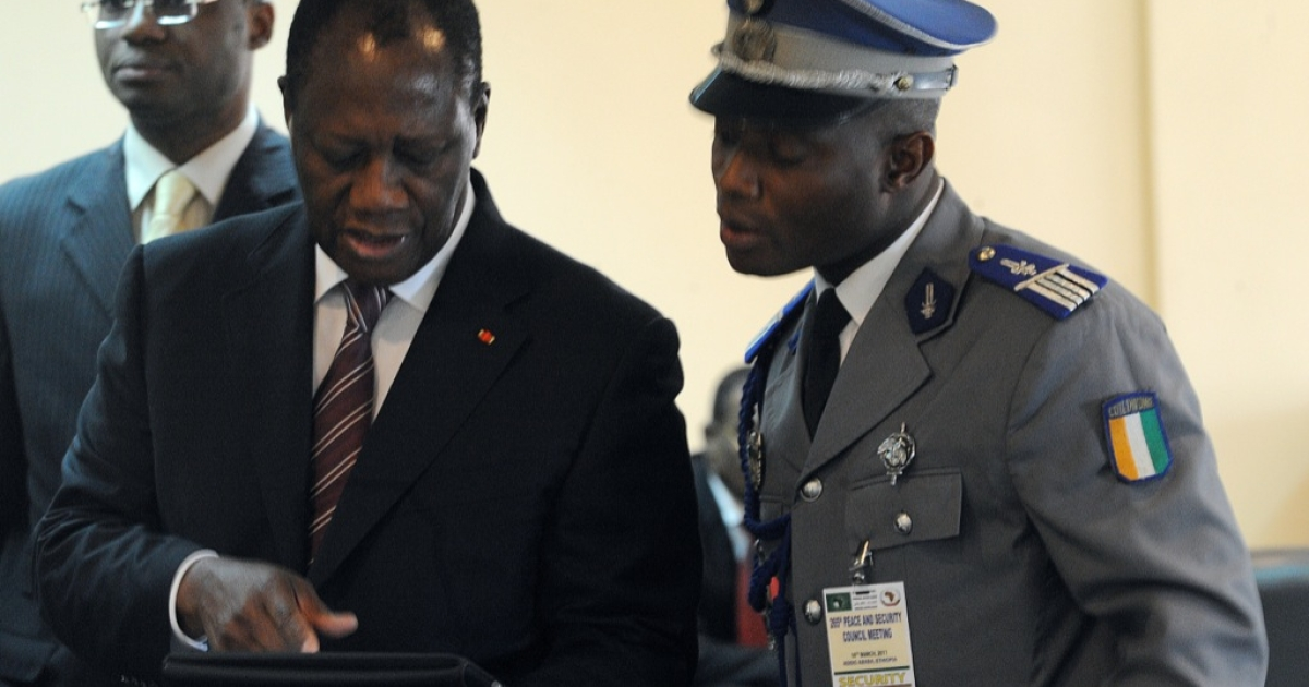 Ivory Coast's internationally recognized President Alassane Ouattara (L) uses an iPad on Mar. 10, 2011 prior to attending African Union talks in Addis Ababa.</p>