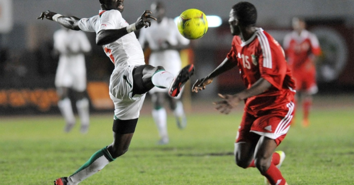 Senegalese Nguirane Ndao (L) vies with Sudanese Khalifa during their friendly football match ahead of the African Cup of Nations 2012 on Jan. 12, 2012 in Dakar.</p>