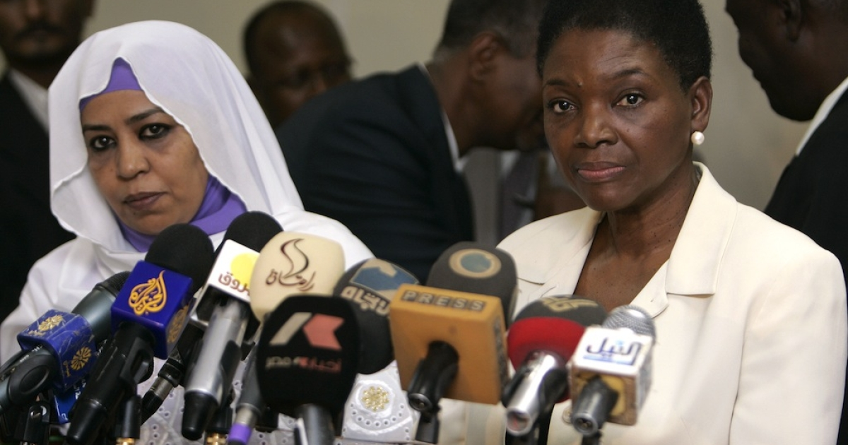 United Nations humanitarian chief Valerie Amos (R) holds a joint press conference with Sudanese Social Welfare Minister Amira al-Fadel Mohamed in Khartoum on January 4, 2012. Foreigners are not allowed to distribute aid to Sudan's war-ravaged states South Kordofan and Blue Nile, a government minister affirmed after talks with Amos.</p>