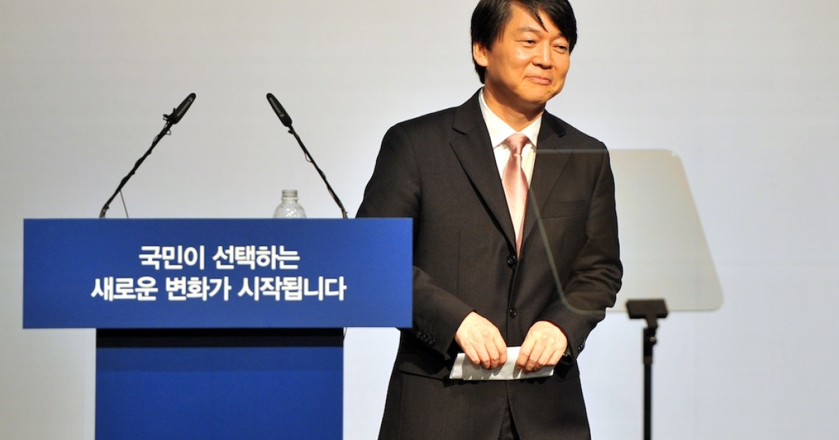 South Korea's popular software mogul Ahn Cheol-Soo leaves after a press conference at the Salvation Army building in Seoul on September 19, 2012. Ahn declared his candidacy on September 19 for South Korea's presidential election, setting up a three-way race with a number of potentially game-changing permutations.</p>