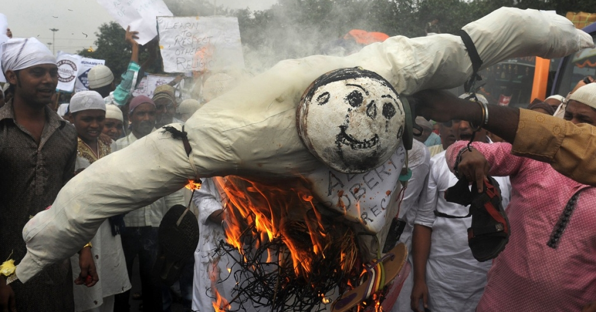 Indian Muslim protesters burn an effigy of Alan Roberts, the alleged director of an anti-Islam video, during a protest against the film in Kolkata on October 5, 2012. The low-budget, US-produced 'Innocence of Muslims' movie has incited a wave of bloody anti-American violence in Libya, Egypt, Sudan, Tunisia, Yemen and in several other countries across the Muslim world.</p>