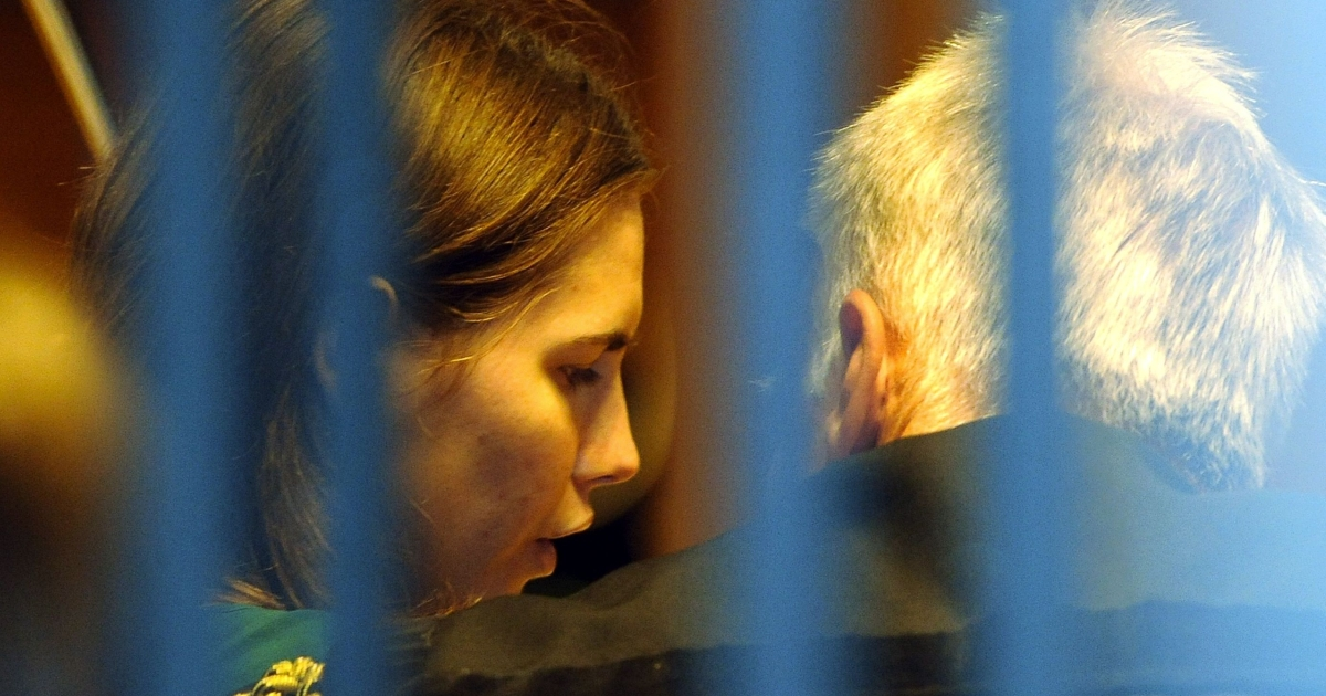 U.S. Amanda Knox (L) takes place for the last day of her appeal trial on Oct. 3, 2011 at Perugia's court. The last day of Amanda Knox's murder appeal, in the case of the murder of British student Meredith Kercher, opened in Italy with dozens of photographers, cameramen and supporters of the 24-year-old American crowding into the frescoed courtroom.</p>