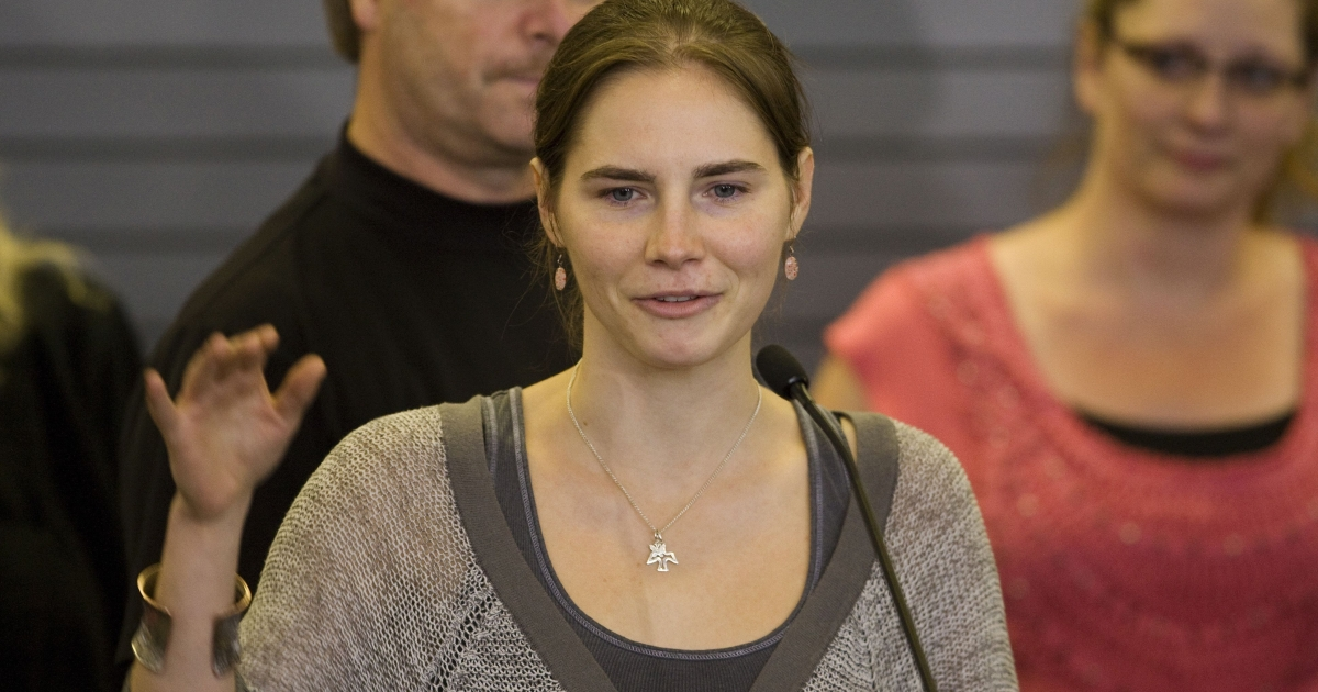 Amanda Knox waves to supporters as she makes her first appearance at SeaTac Airport after arriving in Seattle following her release from prison in Italy on October 4, 2011. Knox arrived home a day after she was acquitted of murder and sexual assault charges and freed from jail in Italy.</p>