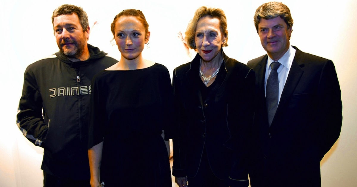 This picture taken on January 10, 2006, shows Andree Putman (second from right) posing with French designer Philippe Stark (left), photographer Vanessa Beecroft and Louis Vuitton's then-President Yves Carcelle.</p>