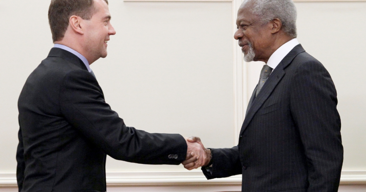 Russia's outgoing President Dmitry Medvedev (L) shakes hands with United Nations, Arab League envoy to Syria, Kofi Annan, during their meeting in Moscow, on March 25, 2012.</p>