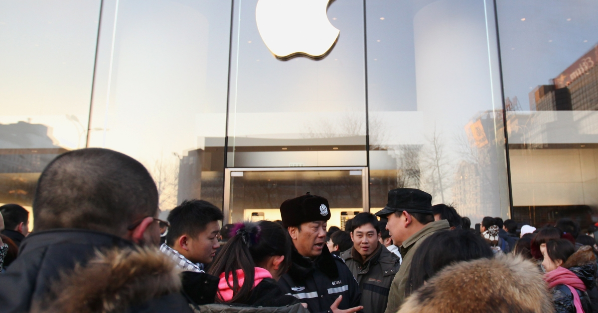 A policeman asks Apple fans leave Apple's Beijing flagship store today in Beijing. Apple, with China's leading telecommunications carrier, China Unicom, began to sell Apple's iPhone 4S on the Chinese mainland today.</p>