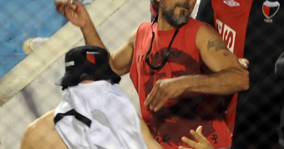 Fans of Argentina's Colon de Santa Fe throw stones and plastic bottles on the field during the Copa Sudamericana soccer match against Paraguay's Cerro Porteno in Asuncion on October 23, 2012.</p>