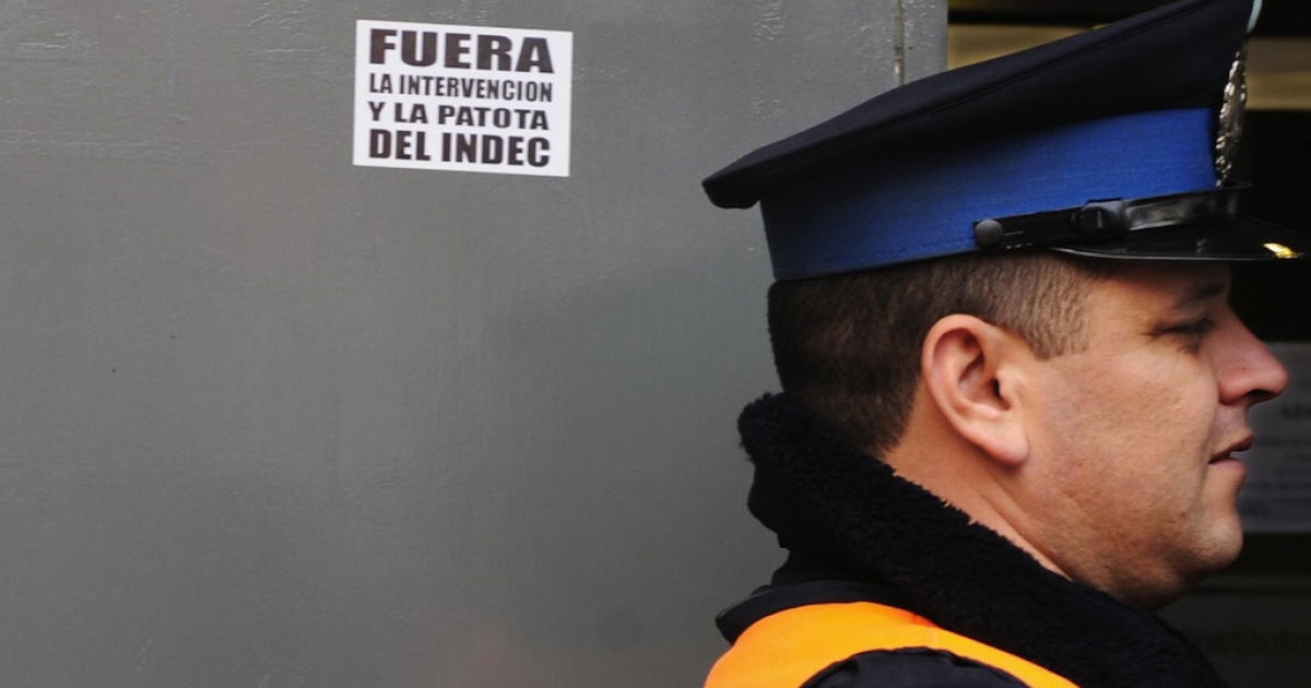A policeman guards the entrance of Argentina's national statistics agency during a protest against its accounting methods, on Aug. 12, 2009.</p>
