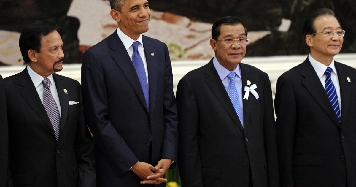 US President Barack Obama (2nd L) stands with Brunei's Sultan Hassanal Bolkiah (L), Cambodian Prime Minister Hun Sen (2nd R) and Chinese Prime Minister Wen Jiabao (R) ahead of the 7th East Asia Summit in Phnom Penh on Nov. 20, 2012.</p>