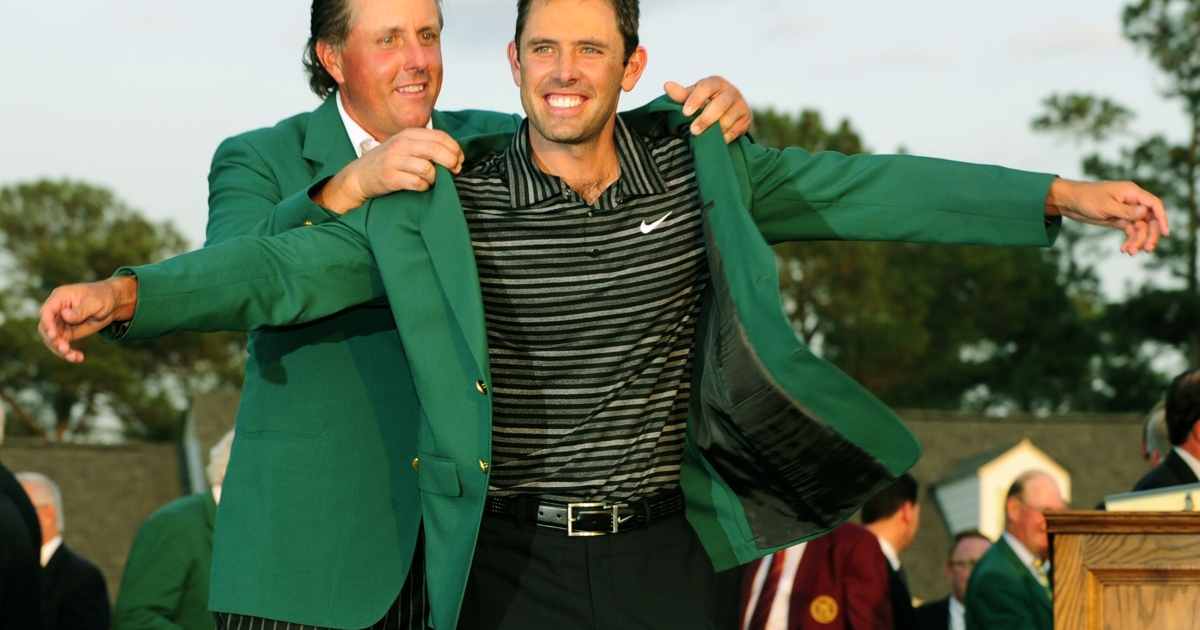 2010 champion Phil Mickelson (L) puts the Green Jacket on Charl Schwartzel from South Africa after Schwartzel wins the Masters golf tournament at Augusta National Golf Club in Augusta, Ga., on April 10, 2011.</p>