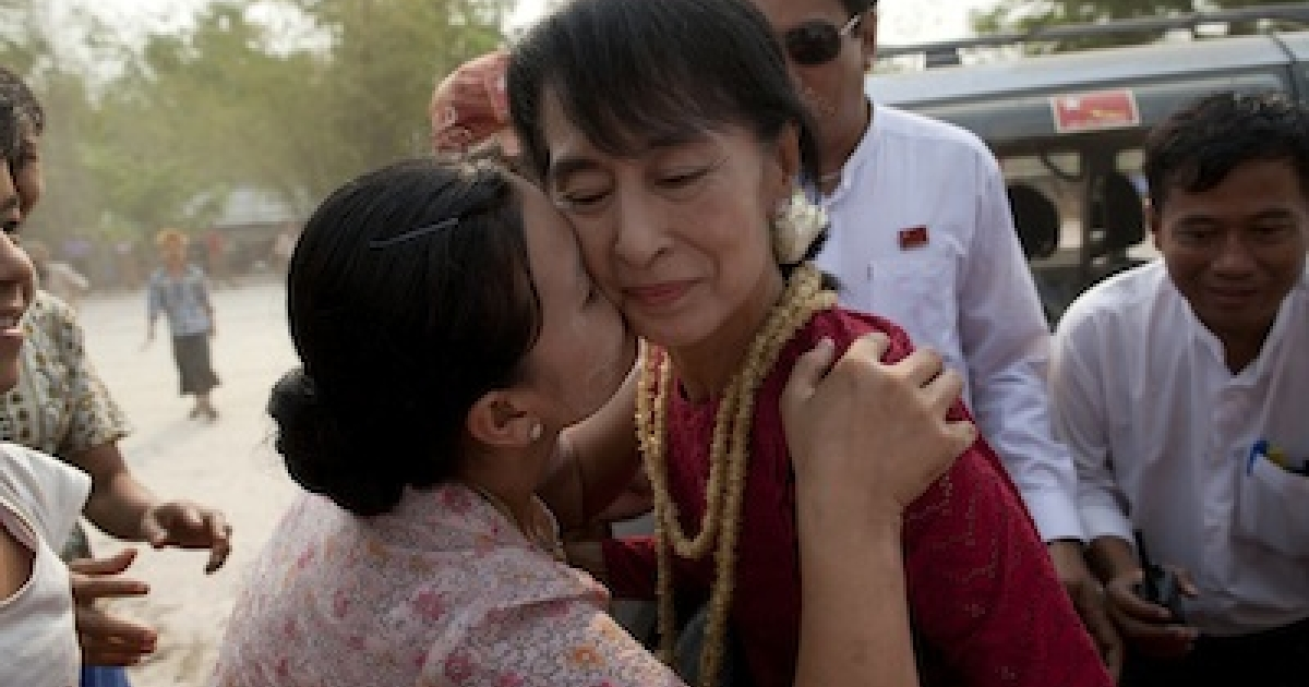 KAW HMU, MYANMAR: A supporter kisses Aung San Suu Kyi, leader of the National League for Democracy (NLD), as she visits polling stations in her constituency as Burmese vote in the parliamentary elections on April 1, in Kaw Hmu, Myanmar.</p>