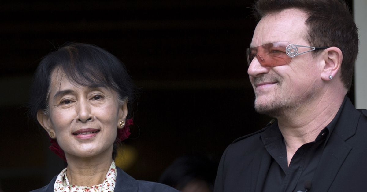 Myanmar opposition leader Aung San Suu Kyi (L) and U2 singer Bono arrive on June 18, 2012 for a press conference at the Oslo Forum at Losby Gods in Lorenskog, Norway. Nobel Peace Prize laureate Suu Kyi has received superstar treatment and been cheered by crowds of many thousands as she visited Norway on her first Europe trip in a quarter-century after years of house arrest.</p>