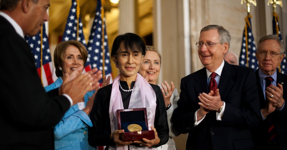 Myanmar human rights activist  Aung San Suu Kyi (C) stands with Speaker of the House John Boehner (L), House Minority Leader Nancy Pelosi (2nd L), US Secretary of State Hillary Clinton (3rd R), Senate Minority Leader Mitch McConnell (2nd R), and Senate Majority Leader Harry Reid (R) after Suu Kyi was awared the Congressional Gold Medal in Washington, DC, September 19, 2012.</p>