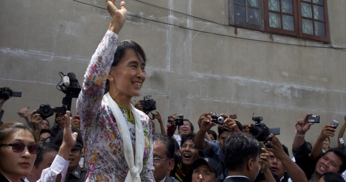 Burmese pro-democracy leader Aung San Suu Kyi waves to Burmese migrant workers on a trip to a Burmese migrant community outside of Bangkok May 30, 2012 in Samut Sakhon, Thailand. Aung San Suu Kyi today pledged to help improve the rights of Myanmar nationals living in Thailand.</p>