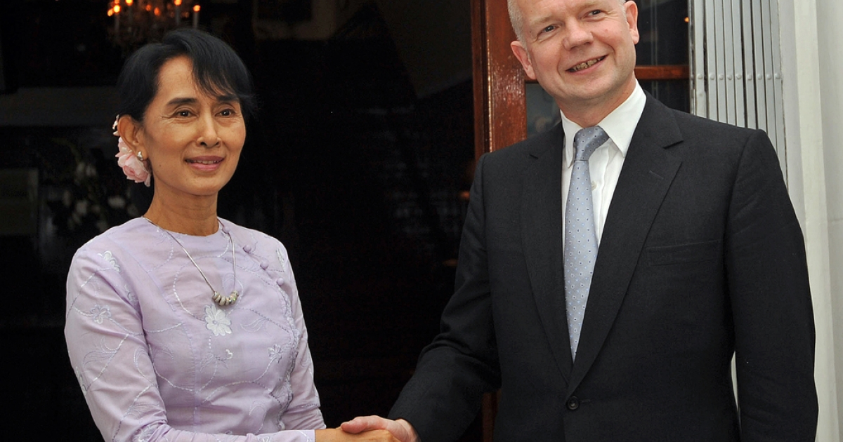 Myanmar democracy icon Aung San Suu Kyi (L) shakes hands with British Foreign Secretary William Hague ahead of a meeting at the British ambassador's residence in Yangon on January 5, 2012.  Suu Kyi said on January 5 she expected to live to see full democratic elections in Myanmar, ahead of historic talks with Britain's foreign secretary, who called for more steps towards reform.   AFP PHOTO/Soe Than WIN</p>