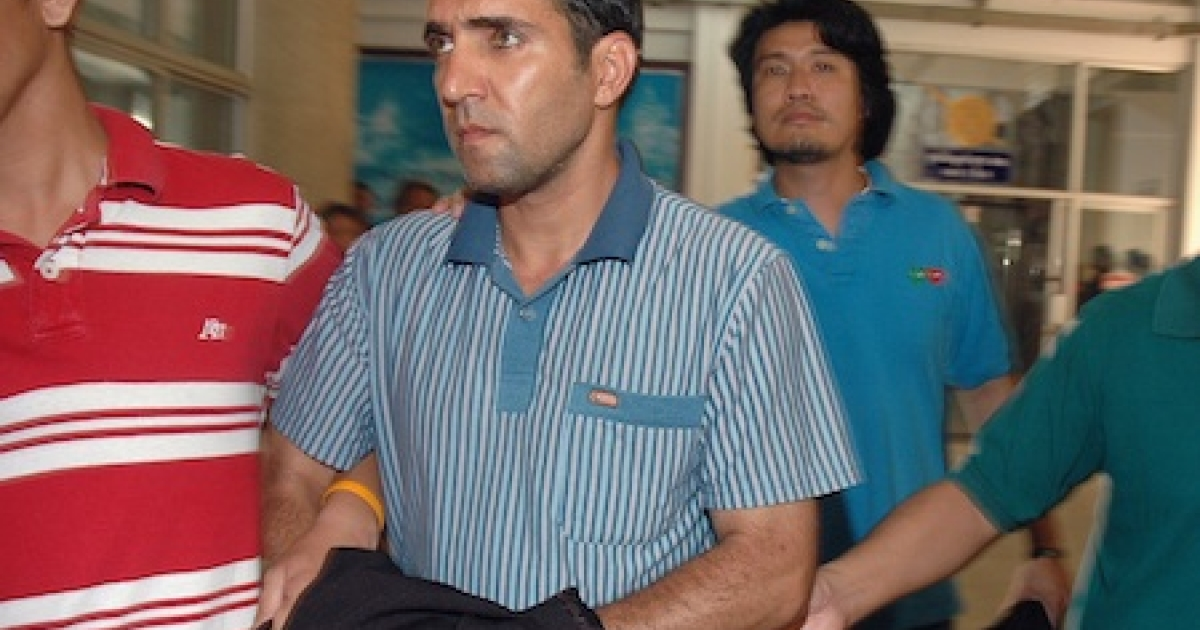 Thai immigration officers escort detained Iranian Mohammad Kharzei (C) at the immigration headquarters in Bangkok on February 16, 2012.</p>