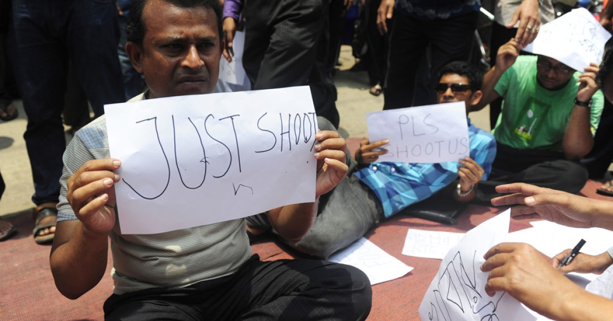 Angry Bangladeshi investors stage a demonstration and shout slogans in the commercial area of Dhaka on May 9, 2011.</p>