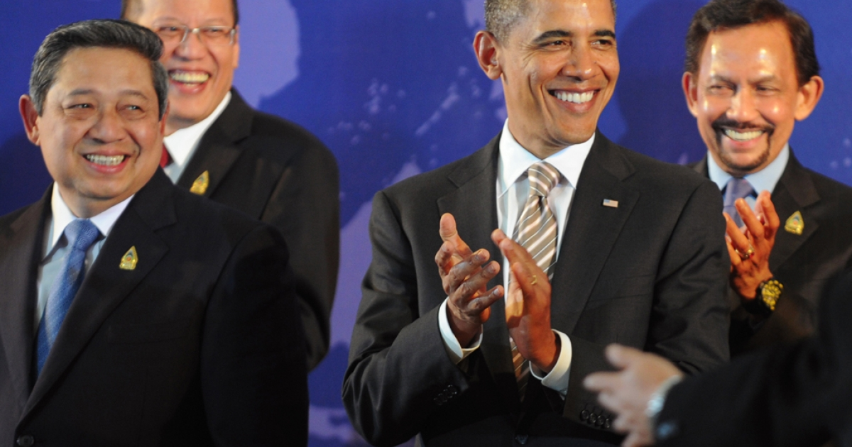 US President Barack Obama applauds with Southeast Asian leaders, Indonesian President Susilo Bambang Yudhoyono (left), Philippines President Benigno Aquino (2nd from the left) and Brunei Sultan Hassanal Bolkiah (right), at the East Asia Summit on Indonesia's resort island of Bali on Nov. 19, 2011.</p>