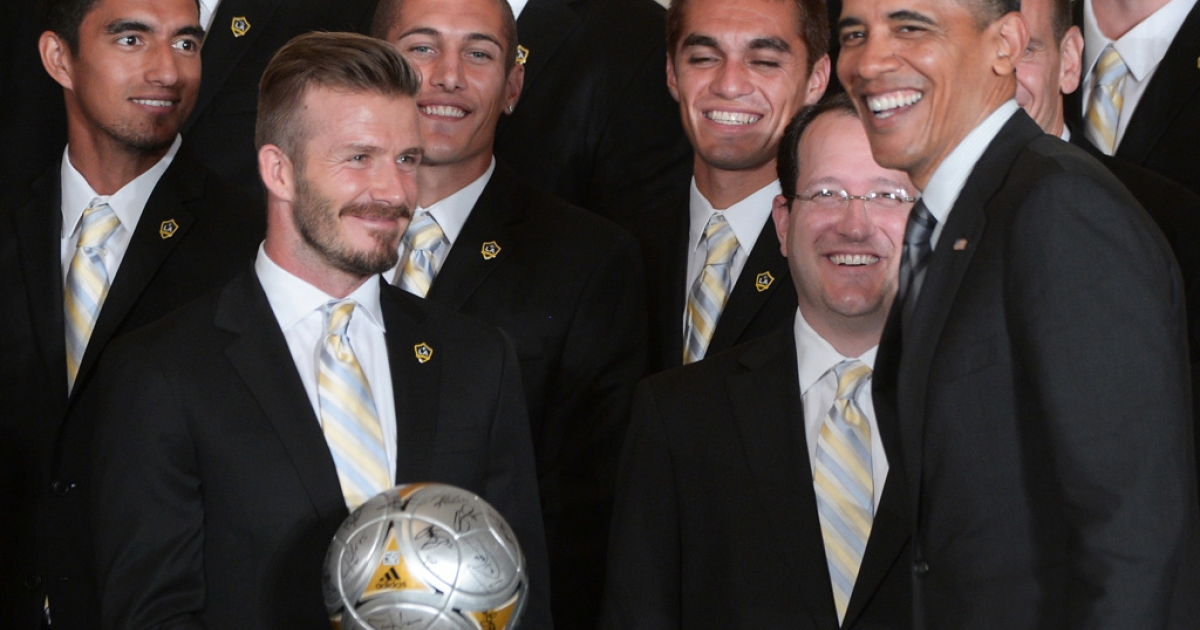 LA Galaxy midfielder David Beckham presents US President Barack Obama with a signed soccer ball at the White House in Washington, DC, on May 15, 2012.</p>