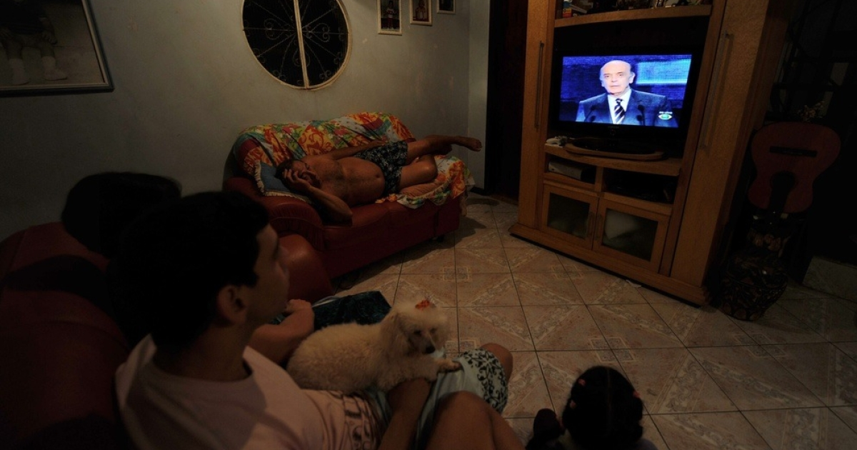 Brazilians watching TV at home.</p>