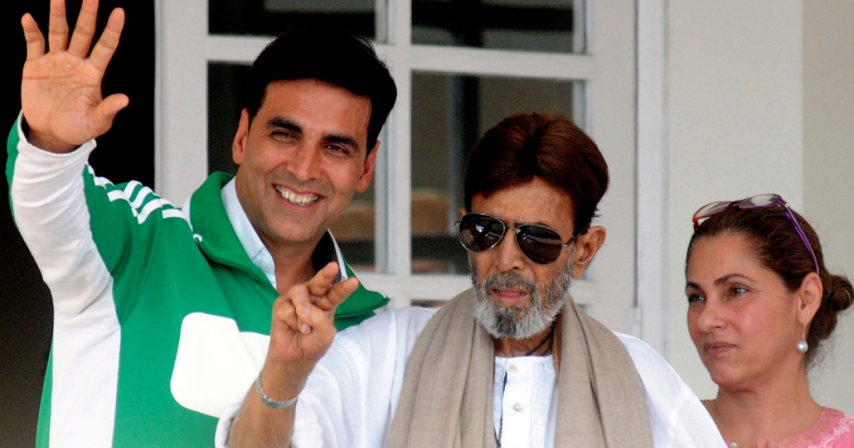 Veteran Indian Bollywood actor Rajesh Khanna (C), flanked by his wife Dimple Kapadia (R) and son in-law Akshay Kumar (L), wave to well-wishers gathered outside his Ashirwad bungalow in Mumbai on June 21, 2012.</p>