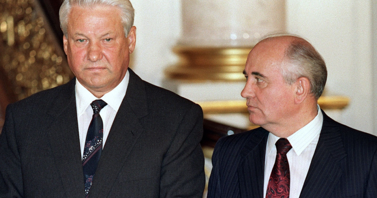 Soviet President Mikhail Gorbachev (right) looks at Russian President Boris Yeltsin during the press conference following the signing ceremony on Oct. 18, 1991 in of the Union Treaty with eight Soviet republics in Moscow.</p>