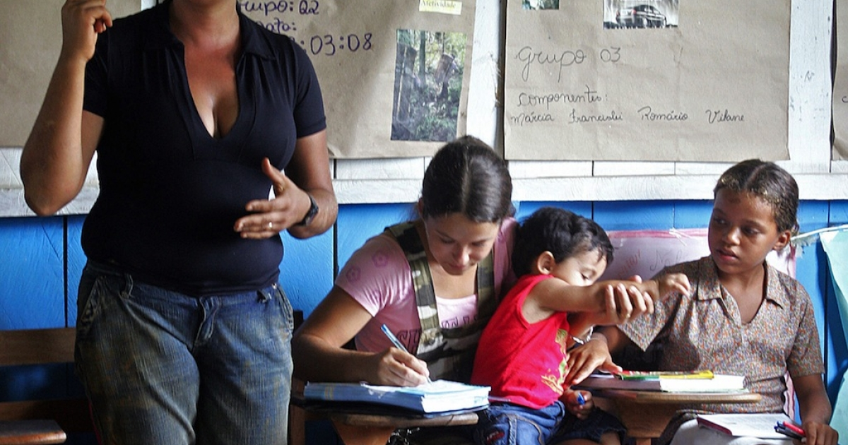 Teacher Antonia Beleza de Lima (L) gives a class at a public school in the settlement of Tupa, in Xapuri, in the northern Brazilian state of Acra, some 3,100 km from Brasilia on March 17, 2008.</p>