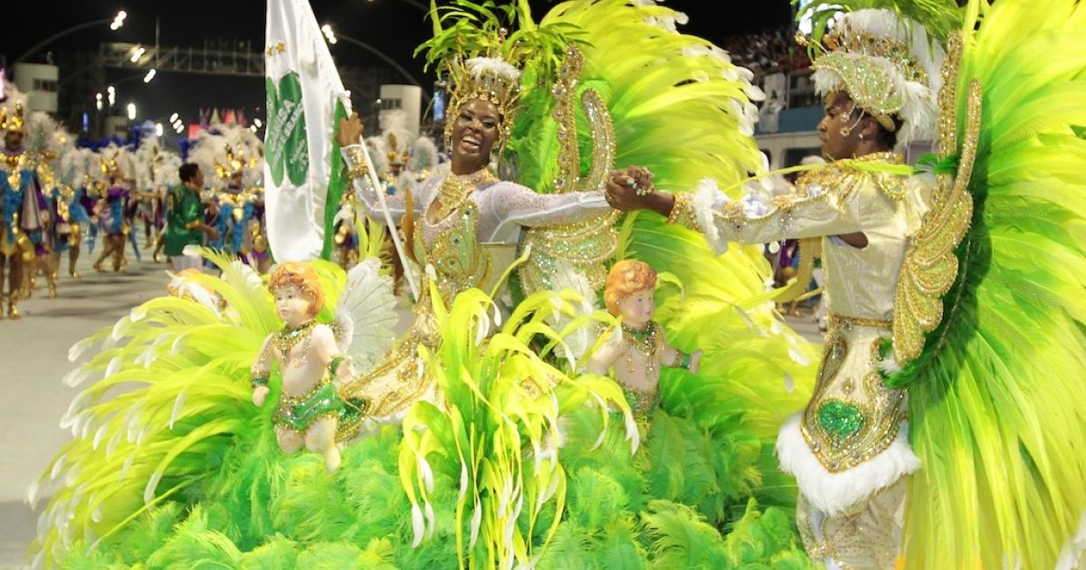 Revellers of Camisa Verde e Branco samba school dance during the opening night of parades at the Sambódromo, as part of Carnival celebrations in São Paulo early on February 18, 2012.</p>